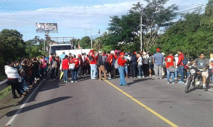 Integrantes del SNTSG bloquean km 122 de la ruta a El Salvador. (Foto Prensa Libre: Óscar González)