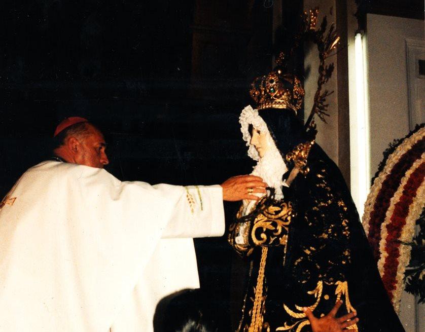 Momento de la Consagración de la Santísima Virgen de Soledad del Calvario por Monseñor Próspero Penados del Barrio. (Foto Prensa Libre: Cortesía Carlos Menocal)
