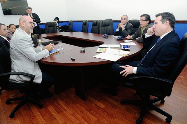 Gerardo Aguirre (izquierda), presidente del Comité Olímpico Guatemalteco, en el interrogatorio por parte del diputado y presidente de la Comisión de Deportes del Congreso de la República, Luis Fernando Pérez, del PRI, este jueves, 30 de abril de 2014. (Foto Prensa Libre: Francisco Sánchez).