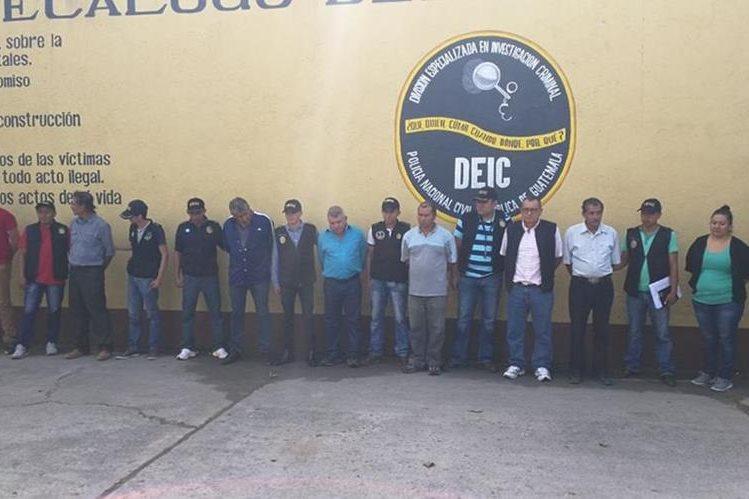Ocho personas capturadas, integrantes y exintegrantes de la corporación municipal de San José del Golfo. (Foto Prensa Libre: Estuardo Paredes)