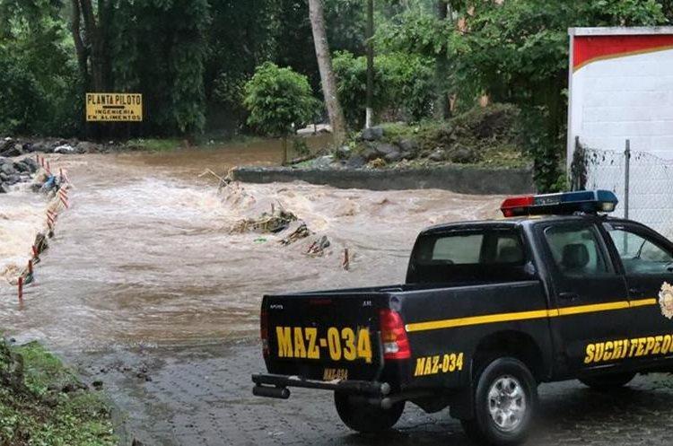 El otro puente de ingreso al Cunsuroc se ve afectado cuando el río crece. (Foto Prensa Libre: Cristian I. Soto)