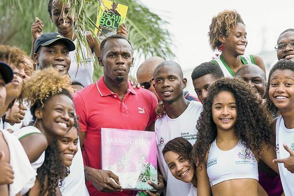 Usain Bolt, durante su visita a Villa Olímpica da Mangueira, en la ciudad de Río de Janeiro. (Foto Prensa Libre: EFE)