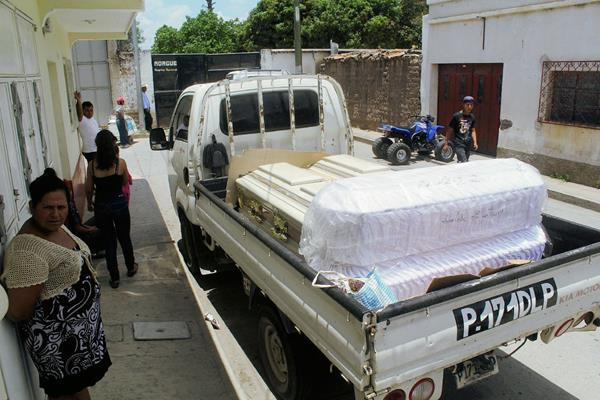 Féretro de una de las víctimas de la masacre en la aldea Juan Cano, Monjas, Jalapa, es llevado a la morgue local. (Foto Prensa Libre: Hugo Oliva)