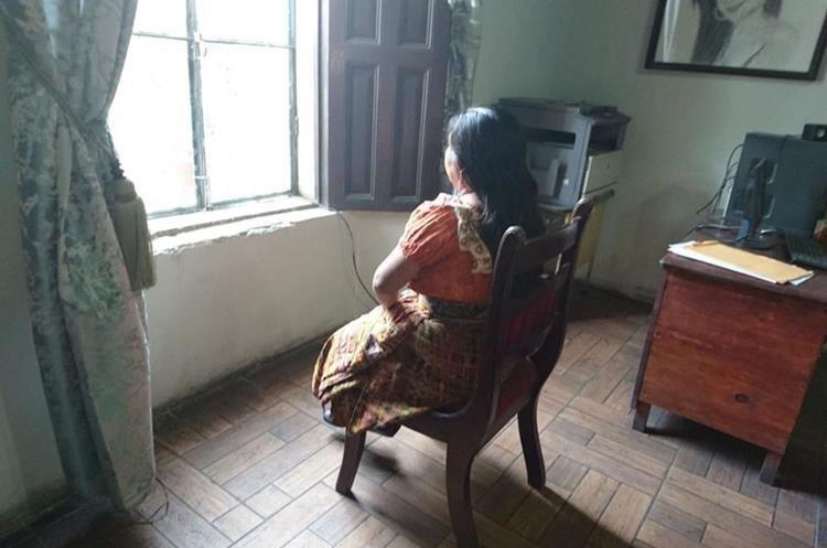 Julia Tipaz Santay, abuela de la recién nacida fallecida, asegura que la bebé respiraba, pese a que ya había sido declarada muerta en el hospital. (Foto Prensa Libre: Héctor Cordero)