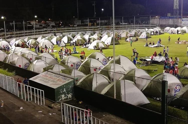 Más de 200 carpas fueron levantadas en el estadio Armando Barillas de Escuintla.
