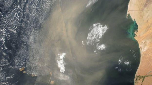 Esta imagen captada por la NASA muestra la nube de polvo cuando se encontraba en tránsito entre la costa de Senegal y Cabo Verde en 2016. (Foto Prensa Libre: BBC Mundo).