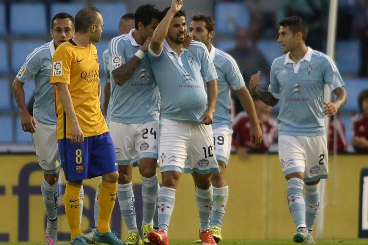 El jugador Nolito, al centro, celebra uno de los goles del Celta contra el Barsa. (Foto Prensa Libre: AFP)