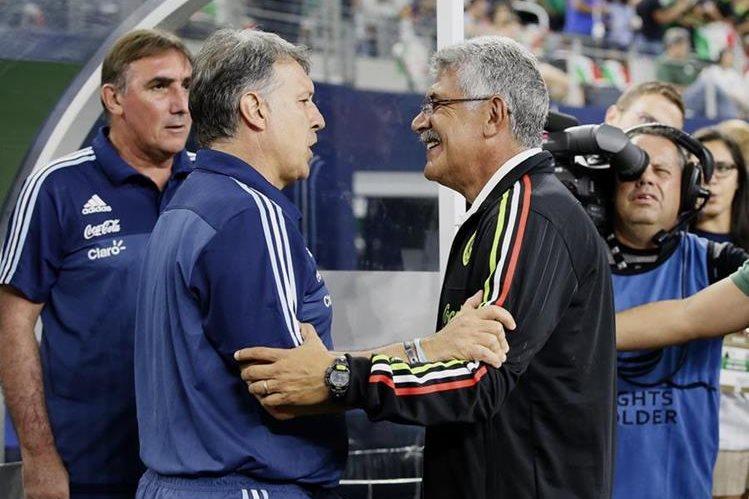 Martino y Ferreti comparten impresiones tras el juego amistoso entre las selecciones que dirigen. (Foto Prensa Libre: AP)