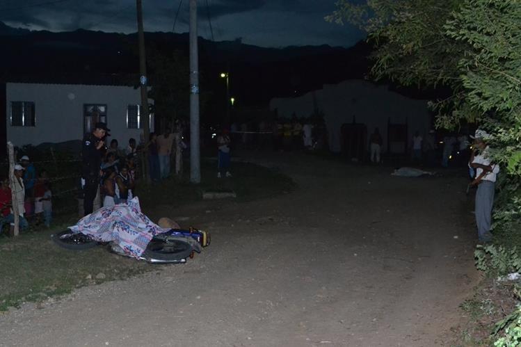 Lugar donde quedaron los dos cadáveres baleados, en la cabecera de Zacapa. (Foto Prensa Libre: Víctor Gómez)