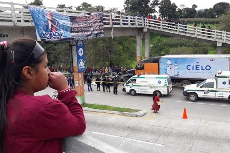 Vecinos de Tecpán Guatemala, Chimaltenango, llegaron al lugar del percance. (Foto Prensa Libre: Cortesía Víctor Chamalé)