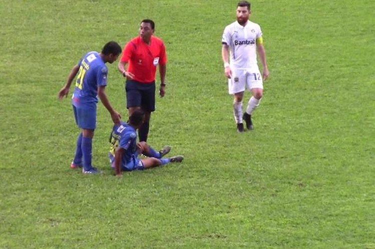 El árbitro Wálter López discute con el jugador Delfino Álvarez, de Cobán Imperial. (Fotos redes).