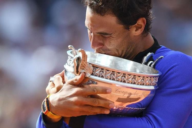 Rafa Nadal abraza el trofeo luego de coronarse campeón en Roland Garros. (Foto Prensa Libre: AFP)