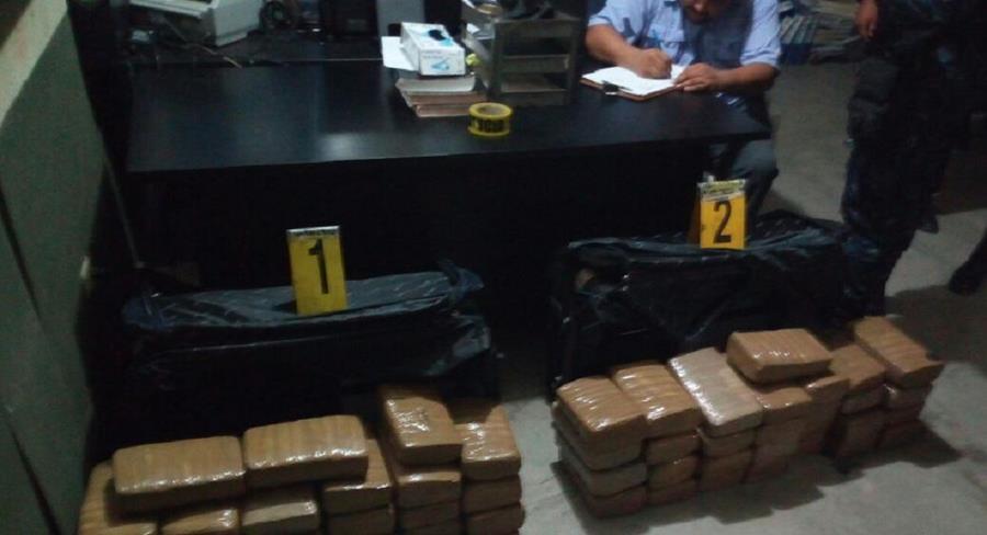 Técnicos del Ministerio Público, embalaron los paquetes de marihuana, trasladando la evidencia a la bodega especial de estupefacientes. (Foto Prensa Libre: Rigoberto Escobar)