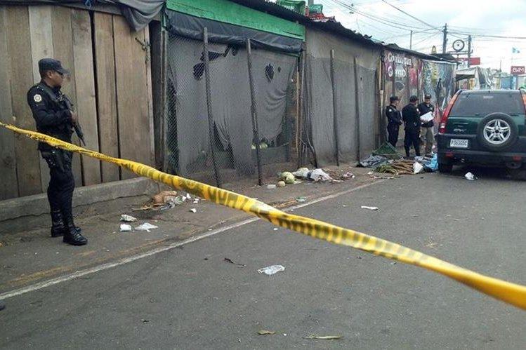 La policía resguarda la evidencia en el lugar del ataque donde murió un hombre, en el mercado La Terminal. (Foto Prensa Libre: Erick Ávila)
