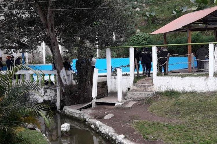 Agentes de la PNC y peritos del MP ya se encuentran en el lugar para recabar evidencias. (Foto Prensa Libre: Víctor Chamalé)