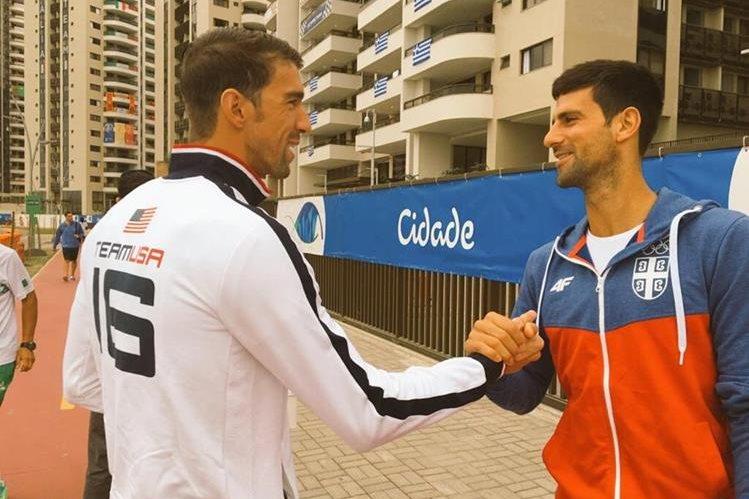 Phelps y Djokovic se saludan en la Villa Olímpica. (Foto Prensa Libre: Twitter)