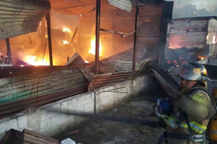 Bomberos Municipales intentan sofocar las llamas. (Foto Prensa Libre: CBM)