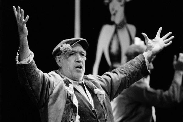"""Anthony Quinn durante un musical basado en su película """"Zorba"""" en 1984. Foto: AP"""