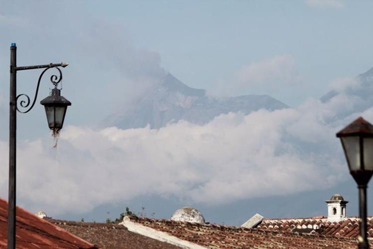 Vista del Volcán de Fuego desde Antigua Guatemala, Sacatepéquez. (Foto Prensa Libre: Miguel López)