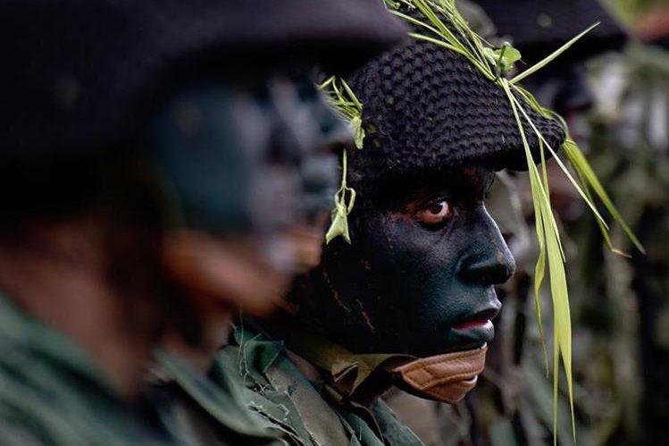 Integrantes del Ejército de Venezuela efectúan prácticas de defensa por órdenes del presidente Nicolás Maduro. (Foto Prensa Libre: AFP).