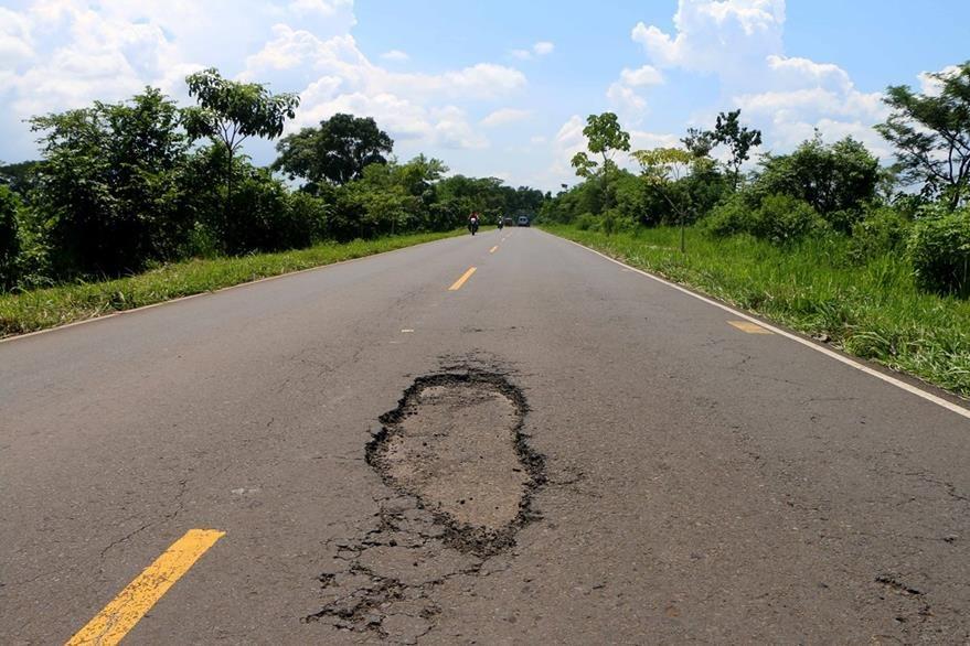 En el kilómetro 190 de la ruta entre Retalhuleu y Champerico se encuentra un bache que pone en riesgo a los ciclistas. (Foto Prensa Libre: Rolando Miranda).