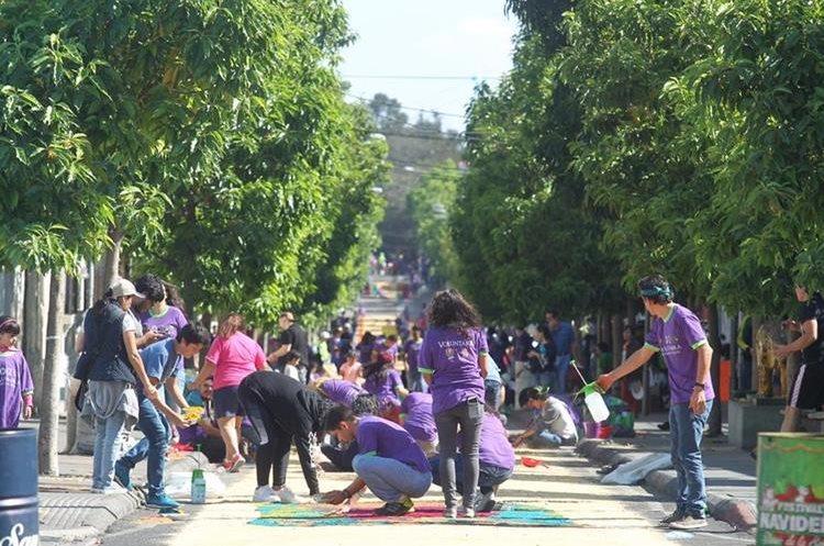 Las alfombras de aserrín son parte de la tradición de Cuaresma y Semana Santa en Guatemala.