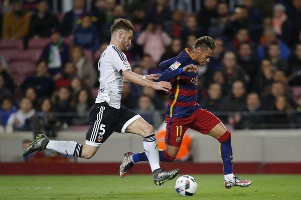 El defensor Shkodran Mustafi en una jugada con Neymar. (Foto Prensa Libre: AP)