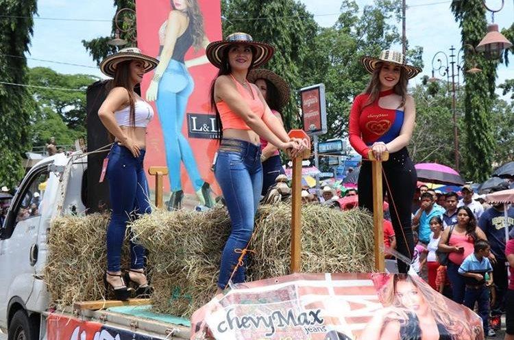 Bellas mujeres engalanaron el desfile.