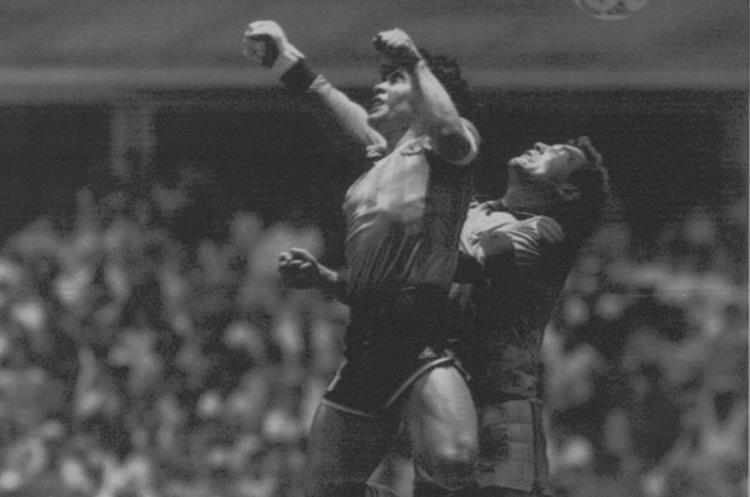 El guardameta Peter Shilton intenta despejar el balón ante la anticipación de Maradona con la mano. (Foto Prensa Libre: Hemeroteca PL)