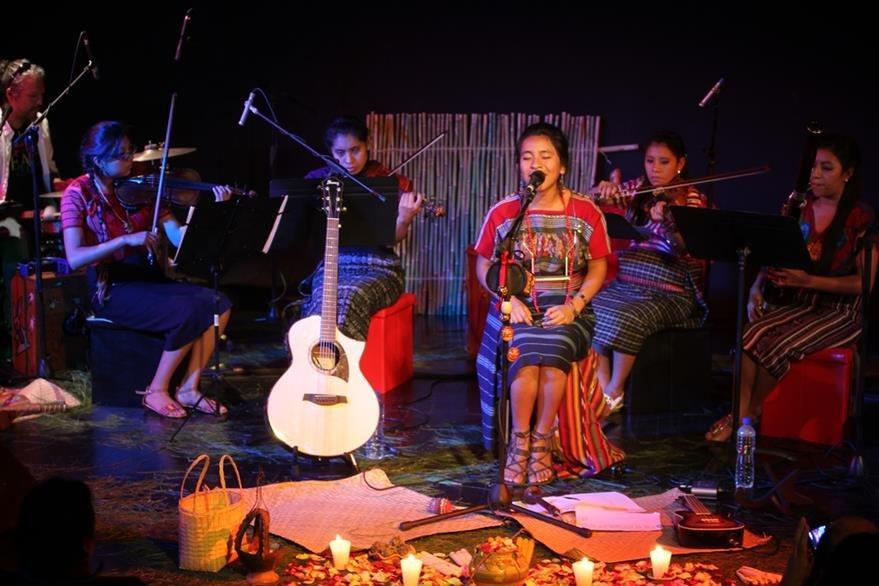 Sara compartió el escenario con un cuarteto de San Juan Sacatepéquez. (Foto Prensa Libre: Keneth Cruz)