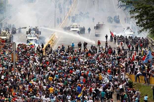 Venezuela atraviesa por una crisis política con protestas contra el gobierno de Nicolás Maduro hace más de un mes. REUTERS