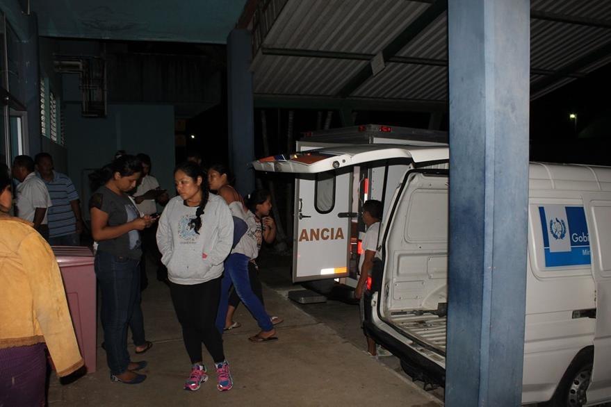 Personas heridas durante choque en Lívingston, Izabal, son recibidas en un centro asistencial en San Benito, Petén. (Foto Prensa Libre: Walfredo Obando)