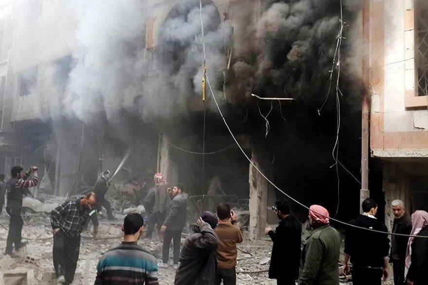 Los bombardeos en Siria continúan, este viernes se produjo uno de las fuerzas rusas que causó al menos 17 muertos. (Foto Prensa Libre: AP).