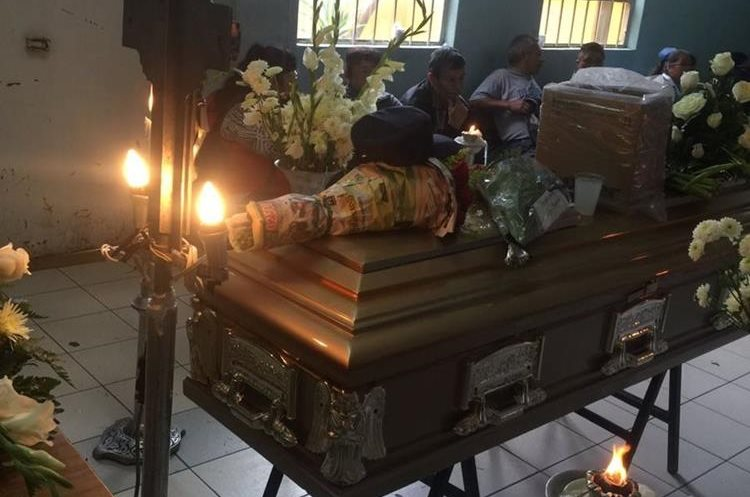 La gorra negra que dejó ayer en su lugar, fue colocada sobre el ataúd de Margaruti Sucuc. (Foto Prensa Libre: Cortesía Guatevisión)