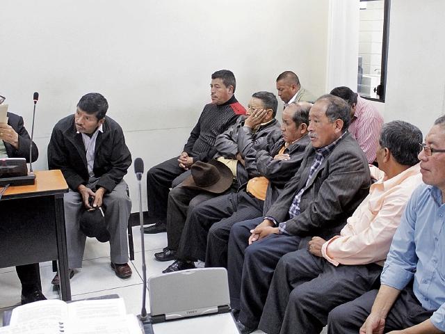 Sindicados escuchan la imputación de los cargos que hace el MP ante el juez Nicolás Balam, titular del Juzgado B de Primera Instancia Penal de Quetzaltenango.
