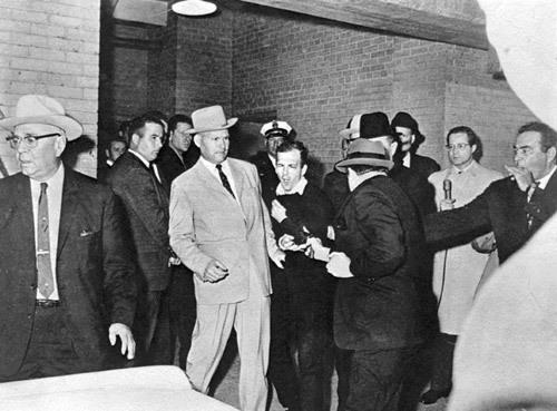 Momento en el que Jack Ruby (de espaldas) dispara a sangre fría a Lee Harvey Oswald el 24 de noviembre de 1963, mientras el presidente Kennedy era enterrado. (Foto: Hemeroteca PL)