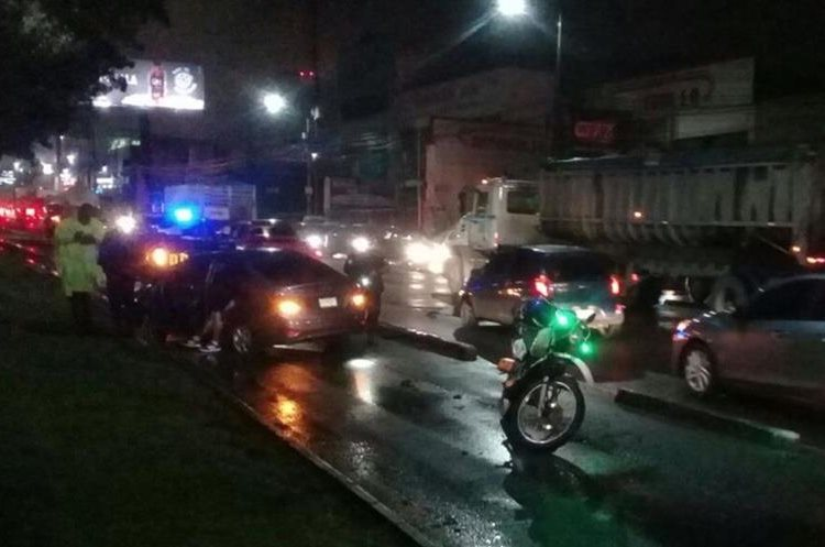 Conductor se salió de la vía en la Aguilar Batres.  (Foto Prensa Libre: Dalia Santos)