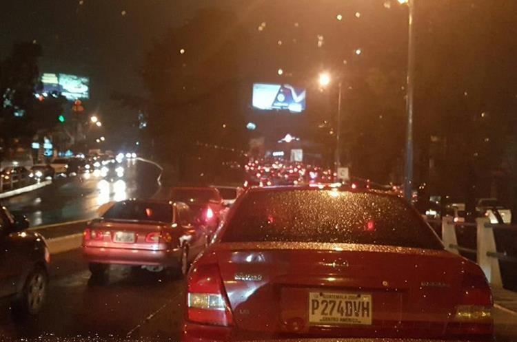 Tránsito complicado en San Cristóbal, Mixco. (Foto Prensa Libre: @PaulPalacios15).