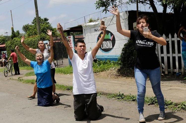 Un grupo de personas clama por la paz en Nicaragua en una calle de Managua.(AFP)