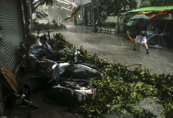 Varias motos quedaron en el suelo debido al fuerte viento en Hualien, Taiwán. (EFE).