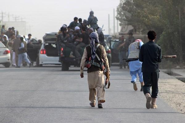 Insurgentes talibanes ocupan la ciudad de Kunduz, Afganistán.
