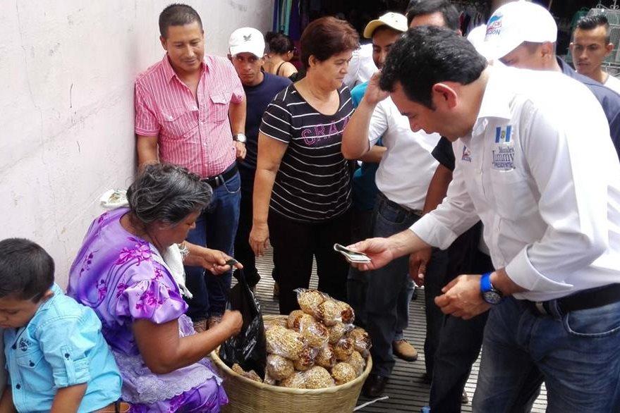 el presidenciable de fcn compra dulces tipicos a una vendedora del mercado de Gualan.