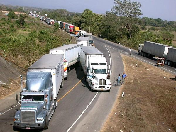 El transporte de carga tarda hasta 24 horas en algún centro fronterizo, se quejan usuarios. (Foto, Prensa Libre: Hemeroteca PL)