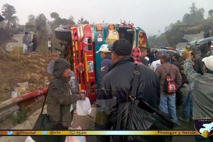 Bus accidentado en el km 160 de la ruta Interamericana. (Foto Prensa Libre: Provial).