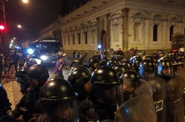 La multitud fue dispersa por los agentes de seguridad usando la fuerza y gas pimienta.