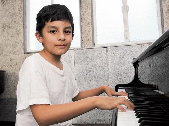 La timidez de Marcos Daniel Cojón desaparece cuando se sienta frente al piano.