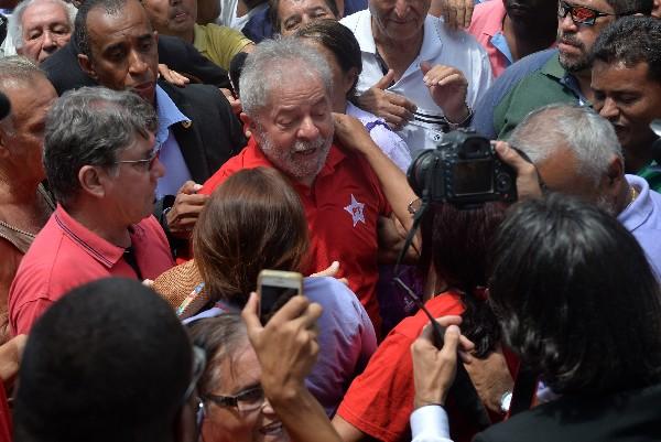 Luiz Inacio Lula da Silva, (c) saluda a sus simpatizantes.