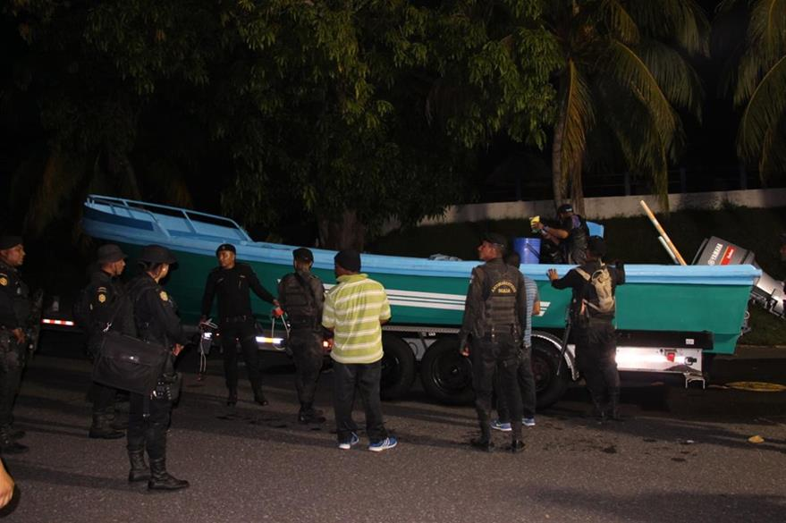 En la embarcación interceptada iban tres personas a bordo, hasta el momento están en resguardo de las autoridades. (Foto Prensa Libre: PNC)