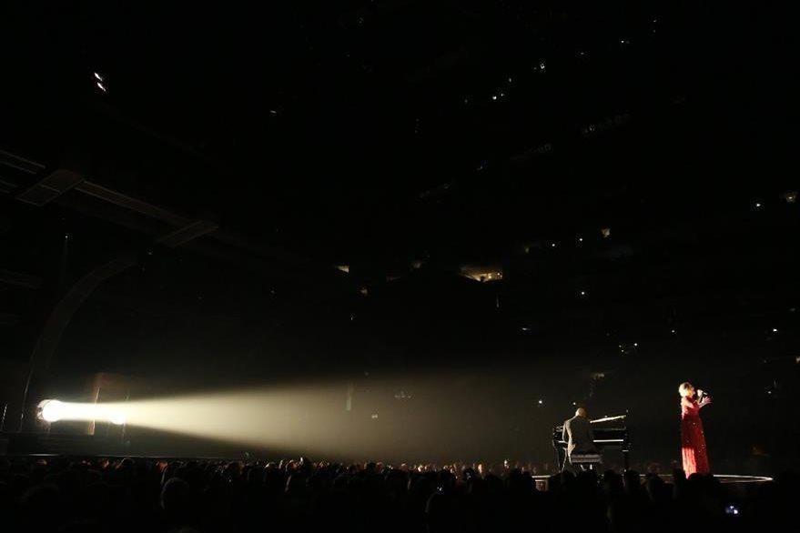 La cantante británica Adele interpretó el tema All I Ask en la 58 edición de los Premios Grammy. (Foto Prensa Libre: AP)