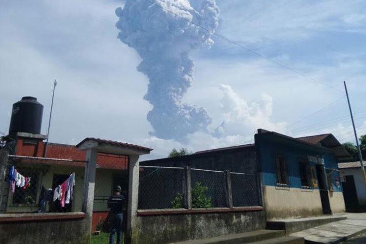 Volcán Santiaguito registró fuerte explosión este viernes. En Coatepeque se observa la columna de ceniza del coloso. (Foto Prensa Libre: Alexánder Coyoy)